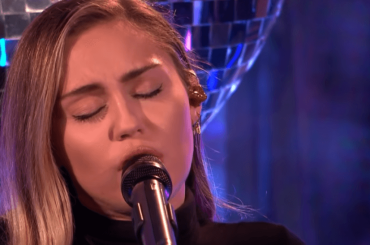 """Miley Cyrus canta """"No Tears Left to Cry"""" di Ariana Grande – video"""