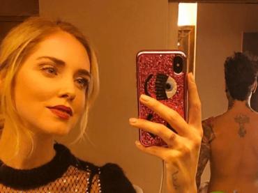 Chiara Ferragni, selfie natalizio con FEDEZ nudo alle sue spalle – la foto social