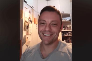 Tiziano Ferro natalizio canta Sfera Ebbasta dalla cameretta di casa – il video social