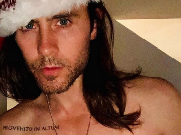 Jared Leto sexy Babbo Natale per il suo 47esimo compleanno, la foto social