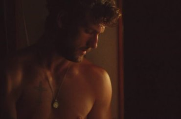 Alex Pettyfer nudo in  The Strange Ones, la gif