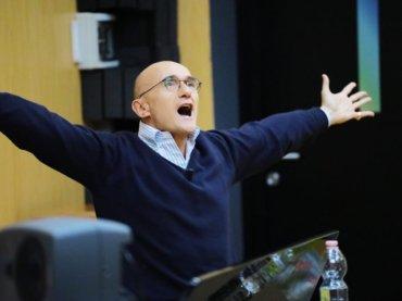 """Amici 18, parla il professor Alfonso Signorini: """"un ritorno alle origini"""""""
