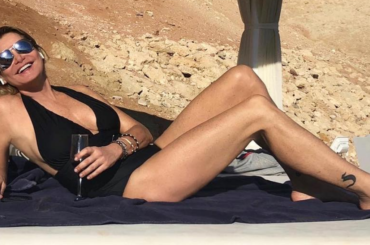 Simona Ventura caricata a pallettoni: 'Il Cigno Nero è tornato' – foto