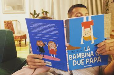 Alessandro Cattelan legge una favola con famiglia arcobaleno alla figlia Ludovica, la foto social