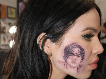 Kelsy Karter  si è tatuata Harry Styles sulla guancia – la foto social