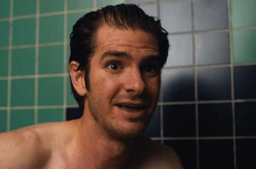 """Andrew Garfield nudo in """"Under the Silver Lake"""", le scene di sesso in GIF"""