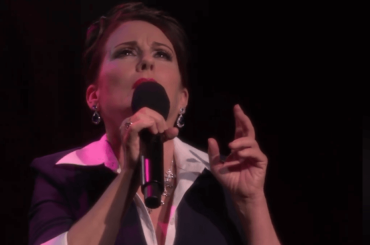 Will and Grace, strepitosa Megan Mullally canta Judy Garland (e l'iconico A Star is Born) – video