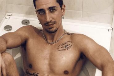 Marcello Sacchetta di Amici nudo in vasca con un'ombra sospetta – la foto social