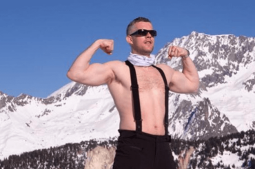 Russell Tovey gnagno in montagna, la foto social