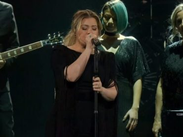Kelly Clarkson canta Shallow di Lady Gaga – il video