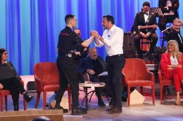 Mahmood incontra Matteo Salvini nella prima puntata del nuovo Maurizio Costanzo Show – FOTO