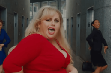 Rebel Wilson canta e balla Express Yourself nell'esilarante 'Non è Romantico?' – video