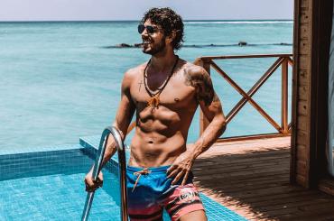Ignazio Moser, si rompe il costume alle Maldive ed è chiappe all'aria – le foto social