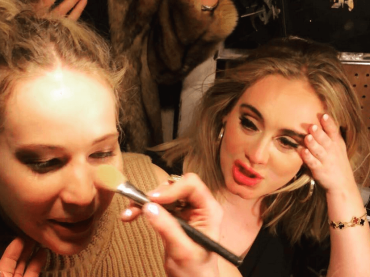 Adele e Jennifer Lawrence si ubriacano in un bar gay di New York – video
