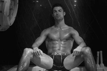 Cristiano Ronaldo in mutande e a cosce aperte, la foto social