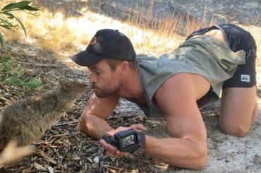 Chris Hemsworth, il saluto a novanta al marsupiale è virale: video