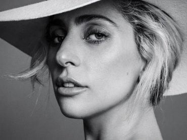 Lady Gaga canta Frank Sinatra in un baretto di Hollywood – il video