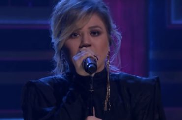 Broken and Beautiful, primo live di Kelly Clarkson – video