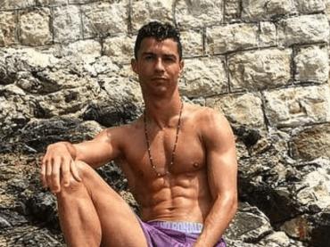 Cristiano Ronaldo bagnato e in mutande, la foto social