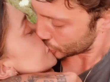 Belen e Stefano, primo bacio social dopo il ritorno di fiamma – video
