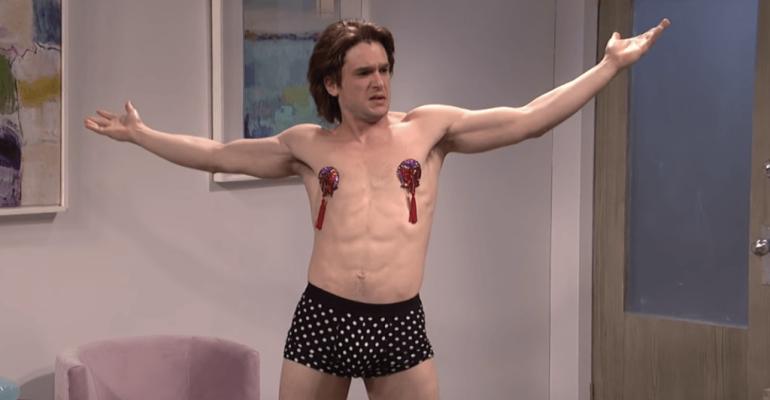 Kit Harington in mutande (e tacchi a spillo) al Saturday Night Live – video
