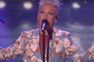 "Pink, primo live tv per ""Walk Me Home"" – video"