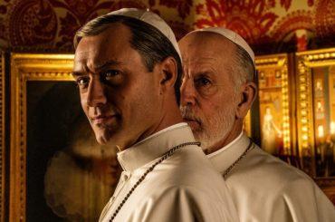 The New Pope, Jude Law in slip bianchi sul set di Paolo Sorrentino – le foto