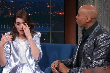 Anne Hathaway pazza di RuPaul scoppia in lacrime quando lo vede, il video
