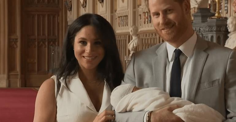 Meghan Markle e il Principe Harry presentano al mondo il loro figlio – video