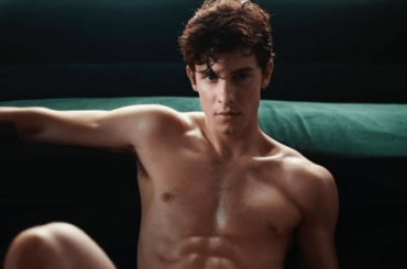 Shawn Mendes di nuovo in mutande per Calvin Klein: gif, voto e video