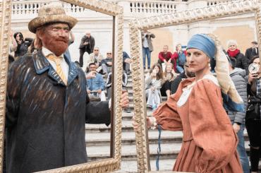Laura Pausini è la Ragazza con l'Orecchino di Perla in Piazza di Spagna – foto e video