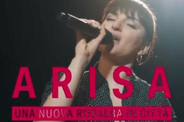 """Arisa, live acustico con """"Una nuova Rosalba in città"""" e """"Amarsi in due"""" – video"""