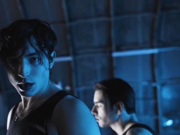 Ezra Miller, cover di Don't Cha delle Pussycat Dolls – il video ufficiale
