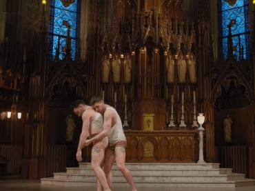 L'HALLELUJAH gay di  MATTHEW RICHARDSON in chiesa – la straordinaria coreografia contro l'omofobia
