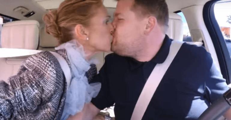 Celine Dion, folle Carpool Karaoke con bacio a James Corden – video