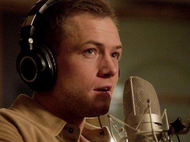 Taron Egerton canta Rocket Man, il video ufficiale dal biopic su Elton John