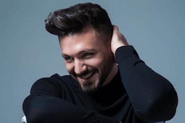 Same, Alfie Arcuri torna a cantare l'amore LGBT – video
