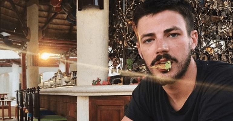 Grant Gustin di Flash nudo, la foto social