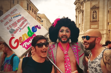 Gender Parisi canta la bellezza degli 'eccessi' del Pride, il video dalla parata di Roma