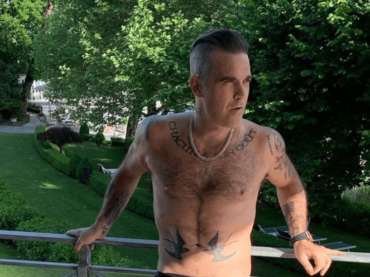Robbie Williams in mutande, è pacco social – la foto