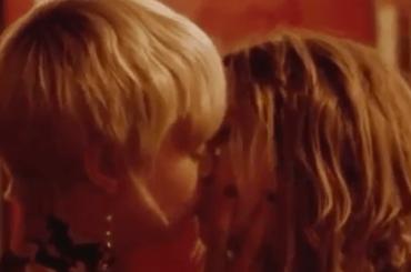 Cara Delevingne e Ashely Benson, primo bacio social – video
