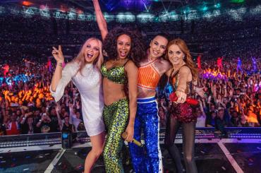 """Geri Halliwell in concerto: """"chiedo scusa per l'addio alle Spice Girls, ero una bambina viziata"""" – VIDEO"""