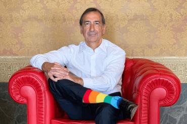 Milano Pride, il sindaco Beppe Sala versione arcobaleno per il lancio della Pride Week