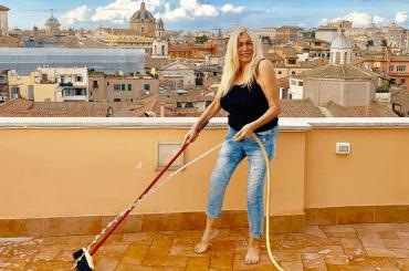 Mara Venier fa la pazza con i gabbiani, il video social
