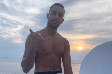Mahmood in costume, la foto social per festeggiare il boom spagnolo di Soldi