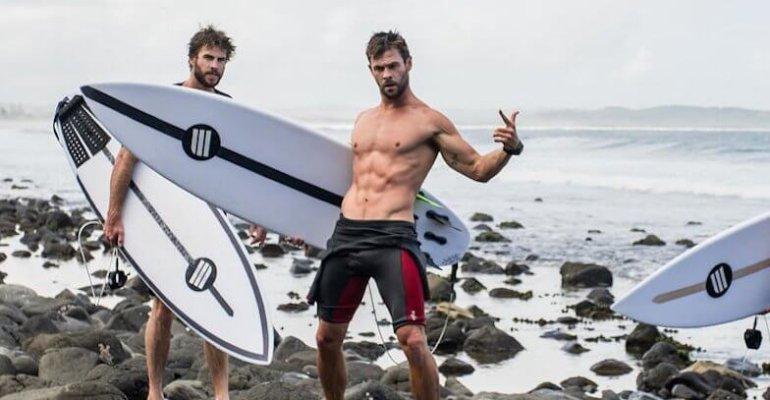 Liam e Chris Hemsworth, fanno surf: le foto da urlo