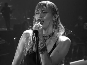 "VMA 2019, primo live di ""Slide Away"" per Miley Cyrus – video"