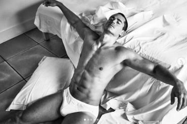 Pietro Boselli gnagno e in mutande per V Man – foto