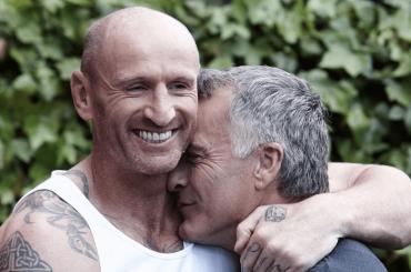 Gareth Thomas, emozionante abbraccio al marito dopo aver svelato di essere sieropositivo – il video