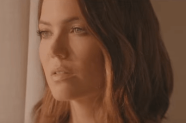 "This is Us, Mandy Moore torna a cantare: ecco ""When I Wasn't Watching"" – video"